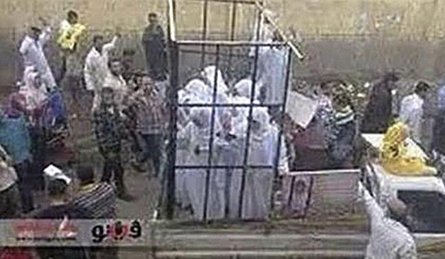 Femmes Yézidies et Chrétiennes vendues au marché aux esclaves de Mossoul en Irak où elles sont amenées dans des cages...