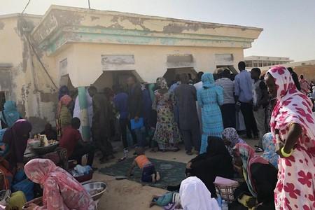 Des habitants font la queue devant un bureau de l'administration locale afin d'achever le processus d'enregistrement relatif à l'état civil. Nouakchott, octobre 2017. © Eric Goldstein/Human Rights Watch